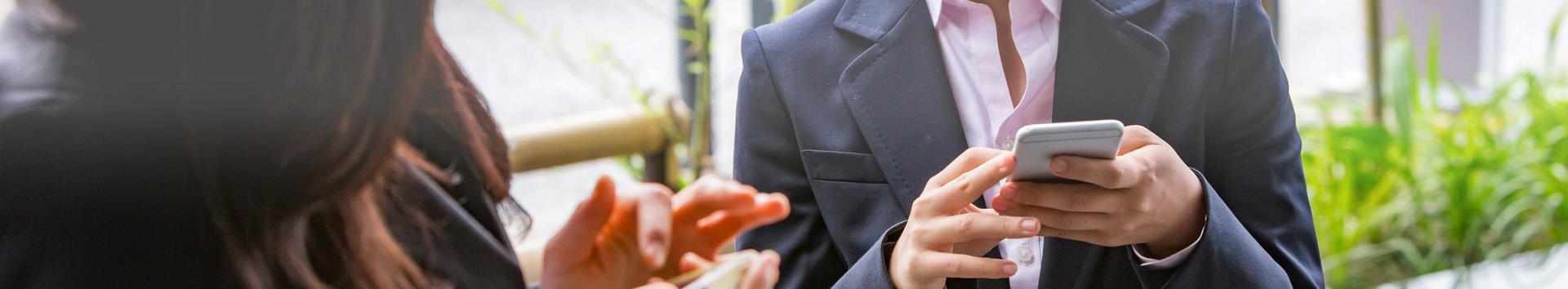 Osoba z telefonem w ręku