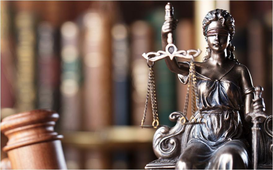 Ciemna statuetka sprawiedliwego osądu